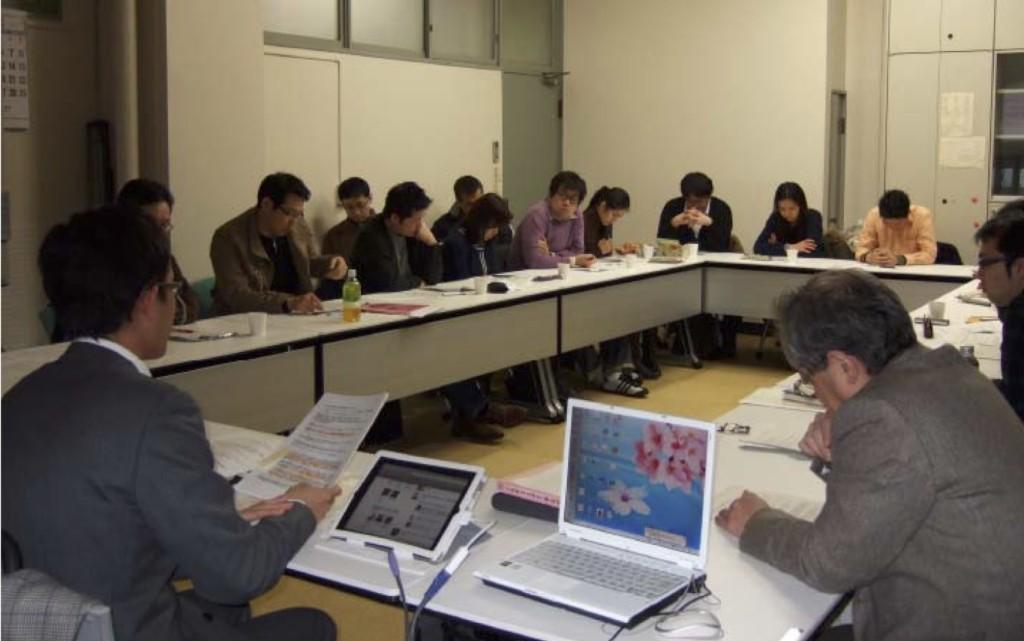 写真2:熱心に報告を聞く参加者